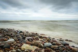 mar baltico alla bellissima alba in spiaggia polonia. foto