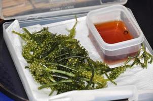 uva di mare di Okinawa (caviale di alghe) con salsa di soia foto
