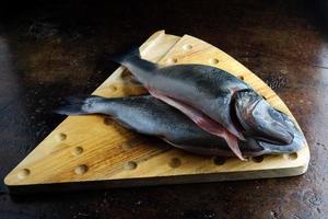 pesce su un vecchio tavolo marrone, pesce per cucinare foto