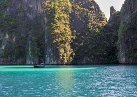 laguna dell'isola di phi phi con una barca dalla coda lunga
