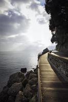 alba invernale sulle rive del mar ligure. immagine a colori