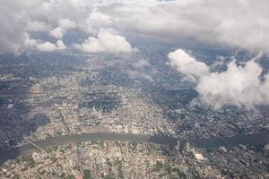 vista della bella nuvola e città sulla terra dalla finestra