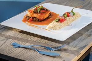 piatto di mare bistecca di pesce alla griglia in salsa con verdure e