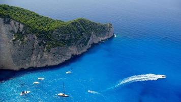 navagio - spiaggia del relitto nell'isola di zante foto