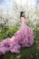 giovane donna nel giardino dei meli in fiore