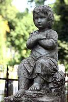 vecchia statua sulla tomba nel cimitero lychakivskyj di Leopoli,
