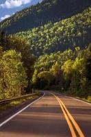 autunno pittoresco paesaggio canadese, strada di campagna e montagna verde