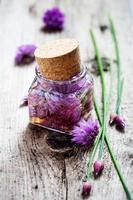 aceto di fiori di erba cipollina foto