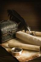 l'antico scrigno con un foglio foto