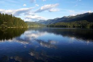 lago di bohinj nel parco nazionale del triglav slovenia foto