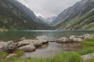 lago di montagna, parco nazionale dei pirenei, francia