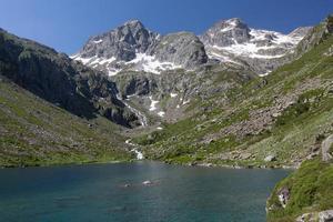 lago di montagna, parco nazionale dei pirenei, francia foto