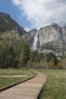 Yosemite Falls e il prato del cuoco in primavera foto