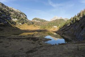 rifugio di montagna riflessa in un lago vicino a berchtesgaden
