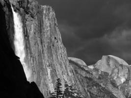 tempesta di yosemite in bianco e nero foto