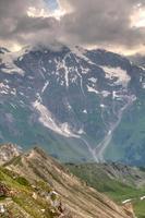 luce del sole attraverso le nuvole temporalesche sul ghiacciaio Pasterze. Alpi austriache