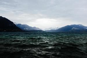 specchio d'acqua vicino alle montagne foto
