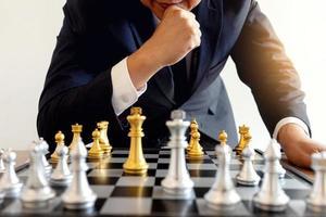 uomo che gioca a scacchi foto