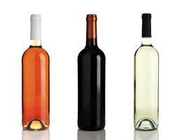 tre diverse bottiglie di vino senza etichette foto