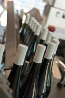 attrezzature per l'imbottigliamento automatico del vino foto