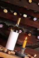 vino bianco d'annata in cantina foto