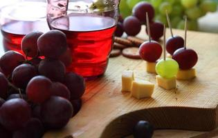 bicchiere di vino in una vecchia cantina foto