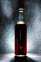 bottiglia di vino con forte retroilluminazione foto