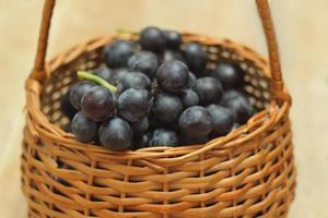 cesto pieno di uva foto