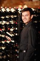 uomo con bottiglie di vino foto