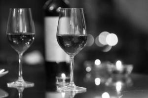 bicchieri di vino al ristorante.