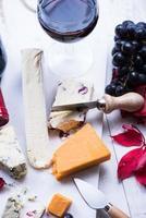 selezione di spuntini autunnali con formaggio e vino foto