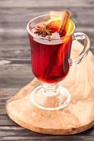 bevanda calda di natale vin brulè con spezie in vetro foto