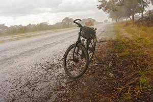 bicicletta su strada in botswana