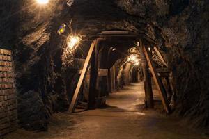 lungo tunnel attraverso la miniera di gesso foto
