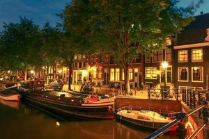 vista della città di notte del canale e del ponte di amsterdam