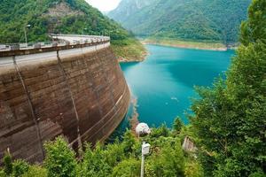 lago artificiale con massiccia parete