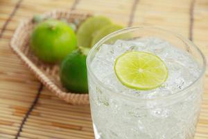 bicchiere d'acqua con limone e menta - immagine stock