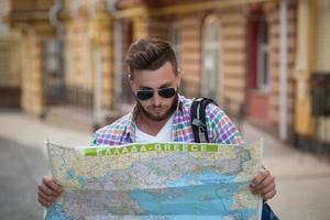 uomo giovane hipster con mappa