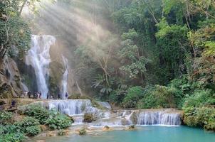 cascata con fascio di luce a luang prabang, lao