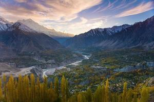 bellissimo paesaggio della valle di hunza nella stagione autunnale.
