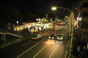 vista notturna della stazione di harajuku foto