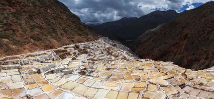 vista di stagni di sale, maras, cuzco, perù
