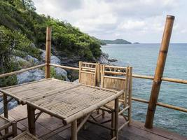 la splendida vista sull'isola di sri chang, thailandia