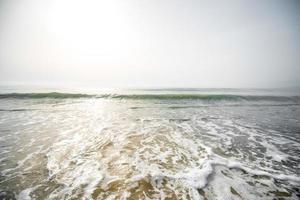 onde di schiuma sulla spiaggia