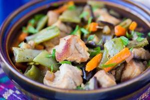 stufato orientale con carne, verdure, fagiolini, carote