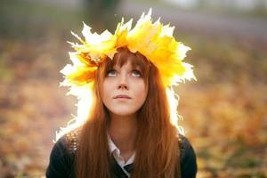 ritratto di una donna che indossa una corona di foglie di acero