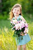 Ritratto di bambina all'aperto in estate