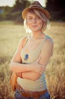 giovane donna sul campo di grano foto