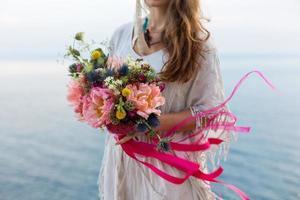 ragazza con uno stile boho bouquet da sposa