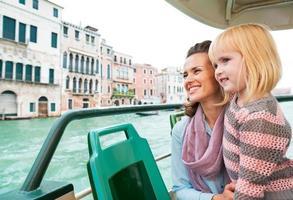 madre e bambina viaggiano in vaporetto di venezia